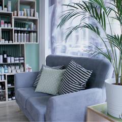 HAIR SALON STAGING: Espaces commerciaux de style  par Severine Piller Design LLC