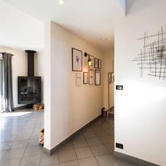 Nouvel intérieur pour une villa gardoise: Couloir et hall d'entrée de style  par Kty.L Décoratrice d'intérieur UFDI