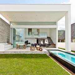 Fachada Posterior: Casas minimalistas por Espaço do Traço arquitetura