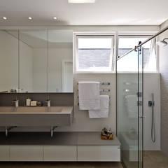 Banheiro: Banheiros minimalistas por Espaço do Traço arquitetura