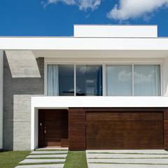Fachada Frontal: Casas minimalistas por Espaço do Traço arquitetura