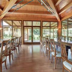 sala predisposta come sala da pranzo: Sala da pranzo in stile  di Morelli & Ruggeri Architetti