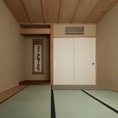 Salas de entretenimiento de estilo ecléctico por 松井建築研究所