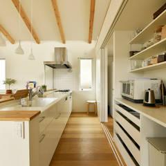 3枚引き戸で仕切ったキッチン収納: タイコーアーキテクトが手掛けたキッチン収納です。