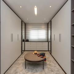Equilíbrio entre o clássico e o contemporâneo: Closets  por Espaço do Traço arquitetura