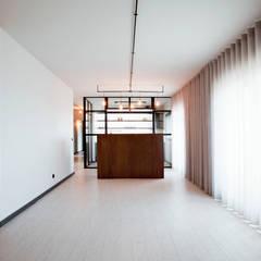 Apartamento EL.P - Remodelação: Salas de estar  por A2OFFICE