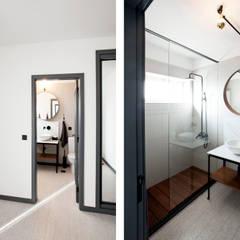 Apartamento EL.P - Remodelação: Casas de banho  por A2OFFICE