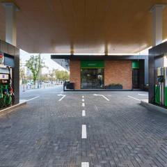 Petrol Station Renasterii: Doppio garage in stile  di Wisp Architects