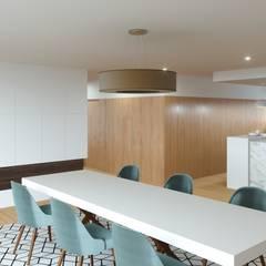 Habitação M&S: Salas de jantar  por Fabio Pereira & João Fraga, Arquitetos