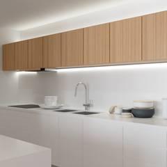 Reabilitação interior : Cozinhas  por Fabio Pereira & João Fraga, Arquitetos
