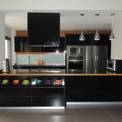 COCINA EN VETRA NEGRO: Cocinas equipadas de estilo  por La Central Cocinas Integrales S.A de C.V