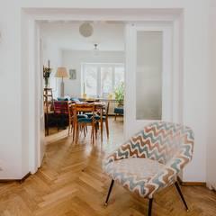 Lata 60-te Gabinet: styl , w kategorii Domowe biuro i gabinet zaprojektowany przez ZIZI STUDIO Magdalena Latos