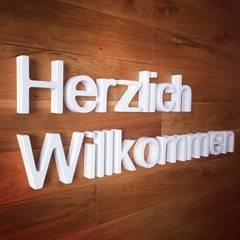 3-D Logos aus Holz weiß lackiert :  Geschäftsräume & Stores von GERBER Ingenieure GmbH
