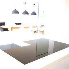 Küchenarbeitsplatte FENIX NTM inkl. integriertem Induktionskochfeld von Miele: ausgefallene Küche von GERBER Ingenieure GmbH