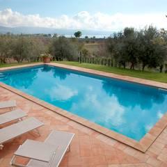 Villa Privata: Piscina in stile  di Cotto Antiqua