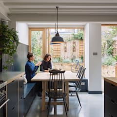 Dining space with view through to garden:  Dining room by Mustard Architects