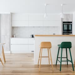 Scandinavian Style Kitchen Dining and Lounge:  Kitchen by Katie Malik Interiors
