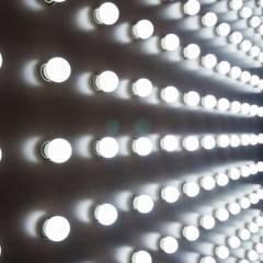Vitrine – Loja de iluminação – Vitória/ES: Paredes  por Koletivo Arquitetura