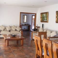 CASA LO CASTRO-2009 (250m2-Colonial): Livings de estilo  por Casabella