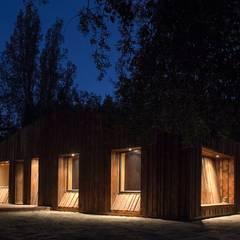 Casa envuelta en madera: Casas ecológicas de estilo  por Crescente Böhme Arquitectos