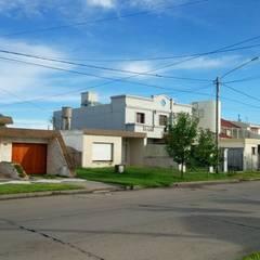 VIVIENDA UNIFAMILIAR PRE EXISTENTE: Casas multifamiliares de estilo  por PRIGIONI Arquitectura y Diseño