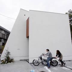 公園の森を借景する家: 一級建築士事務所 株式会社KADeLが手掛けたフローリングです。