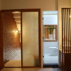 Mẫu Thiết Kế Nhà Ống 40m2 Đầy Đủ Tiện Nghi Cho Gia Đình 3 Thế Hệ:  Phòng tắm by Công ty TNHH Xây Dựng TM – DV Song Phát, Hiện đại