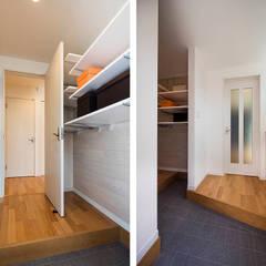 快適な玄関収納とは?仕舞うだけではない、コート掛けなど色々な工夫で機能が加わる: 株式会社小木野貴光アトリエ 級建築士事務所が手掛けた廊下 & 玄関です。