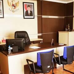 Desain Interior Kantor: Gedung perkantoran oleh M | Interior, Industrial Kayu Lapis