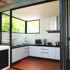 Cocinas de estilo  por inDfinity Design (M) SDN BHD