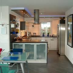 Weiß - Anthrazit:  Einbauküche von Küchen + Wohn - Studio Axel Trinkl