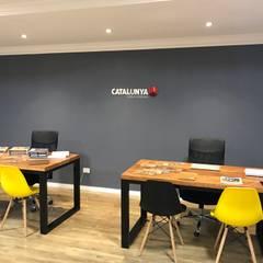 Mesas em ferro e Madeira: Escritórios  por Catalunya Design & Interiores