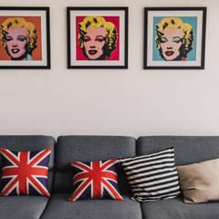 Vintage Modern:  Living room by J Hous Studio, Minimalist
