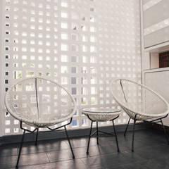 Vintage Modern:  Corridor & hallway by J Hous Studio, Minimalist Bricks