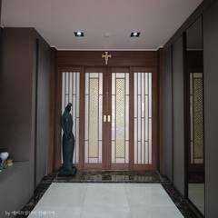 부여 석동리 전원주택 / 1F: 에이프릴디아의  복도 & 현관