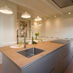 Reforma integral de vivienda: Cocinas integrales de estilo  de Sube Susaeta Interiorismo