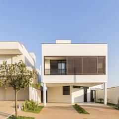 Nhà có sân thượng by Vertentes Arquitetura