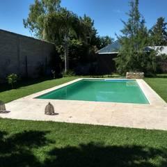 CASA HOSTAL DEL SOL: Piletas de jardín de estilo  por ECOS DE SOL (Ingeniería y Construcción)