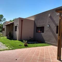 FACHADA PRINCIPAL: Casas unifamiliares de estilo  por ECOS DE SOL (Ingeniería y Construcción)