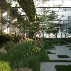 상업정원_서울시 종로구 수송타워 옥상 정원 프로젝트: (주)더숲의  상업 공간,모던