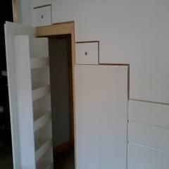 Escalera-Armario: Escaleras de estilo  de MUEBLES ARROYO,S.L.