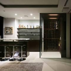 高輪台 建築家志望だった施主と協働して理想の住まいづくり House in Urban Setting 01: JWA,Jun Watanabe & Associatesが手掛けたワインセラーです。