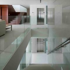高輪台 建築家志望だった施主と協働して理想の住まいづくり House in Urban Setting 01: JWA,Jun Watanabe & Associatesが手掛けた階段です。