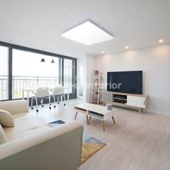 Living room by 이즈홈, Modern