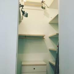 Appartamento : Spogliatoio in stile  di Nicoló Gessa design studio