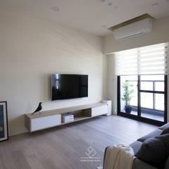 電視牆:  客廳 by 極簡室內設計 Simple Design Studio