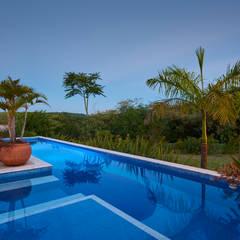 Hồ bơi trong vườn by Maria Luiza Aceituno arquitetos