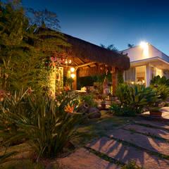Casa Oriente: Jardins  por Maria Luiza Aceituno arquitetos