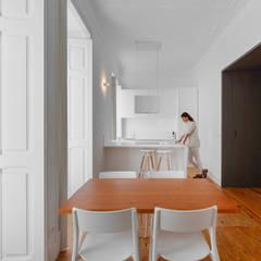 Mouraria: Salas de jantar  por arriba architects