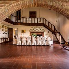 la sala da pranzo: Sala da pranzo in stile  di Morelli & Ruggeri Architetti